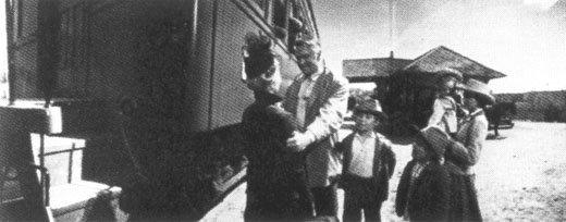 AC10-Zeb_meets_Lilith_at_train.JPG (26396 bytes)